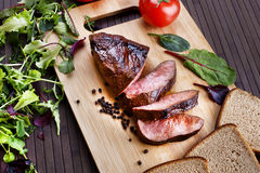 Medelsällsynt steknötköttbiff royaltyfri bild