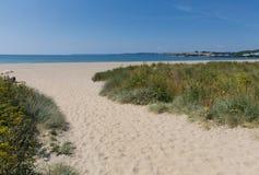 Medeltal Cornwall England för sandig strand nära St Austell och Polkerris med det blå havet och himmel Arkivbild