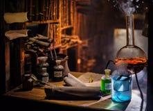 Medeltida alkemistlaboratorium med den olika sorten av flaskor i Prague, Tjeckien Royaltyfria Bilder