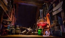 Medeltida alkemistlaboratorium med den olika sorten av flaskor i Prague, Tjeckien Royaltyfri Bild