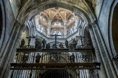 Medeltida arkitektoniska bågar inom domkyrkan av Ourense in royaltyfria bilder
