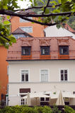 Medeltida arkitekturbyggnad på den Ljubljanica floden Ljubljana Sl fotografering för bildbyråer