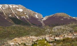 Medeltida by av Barrea i Abruzzo Royaltyfri Bild