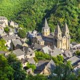 Medeltida by av Conques och den Sainte-Foy abbotskloster, Frankrike Arkivfoton