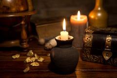 Medeltida bakgrund med stearinljus, tappningen träask, guld och Arkivbild