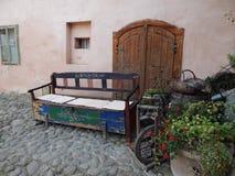 Medeltida bank i mitt av den medeltida citadellen Fotografering för Bildbyråer