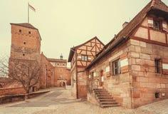 Medeltida bayersk slott med torn och tegelstenväggar som byggs under Roman Empire Royaltyfri Bild