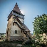 Medeltida Biertan stärkt kyrkligt torn i sommar arkivfoton