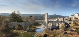 Medeltida bro. Besalu Catalonia, Spanien royaltyfri bild