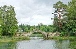 Medeltida bro i parkera i Gatchina Arkivbild