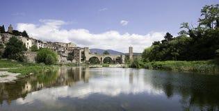 Medeltida bro och flod Arkivbild