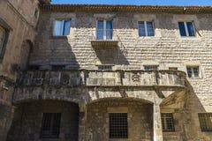 Medeltida byggnad i den gamla staden av Barcelona Royaltyfri Fotografi