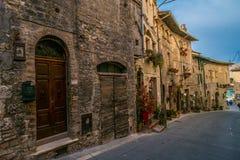 Medeltida byggnader i den italienska kullestaden av Assisi, Umbria, Italien Arkivbilder