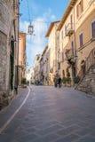 Medeltida byggnader i den italienska kullestaden av Assisi, Umbria, Italien Fotografering för Bildbyråer
