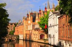Medeltida byggnader längs en kanal i Bruges, Belgien royaltyfri foto