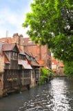 Medeltida byggnader längs en kanal i Bruges, Belgien royaltyfria bilder