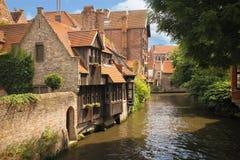 Medeltida byggnader längs kanalerna Bruges _ Arkivfoton