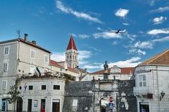 Medeltida byggnader och klockstapel av domkyrkan i staden av Trogir Royaltyfri Foto