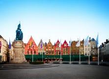 Medeltida byggnader på marknadsfyrkanten, Brugge Arkivbild