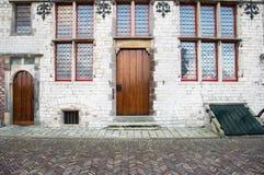 Medeltida byggnadsveere Nederländerna Framdel av ett stenhus Mitt åldras arkitektur Arkivbild