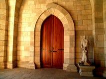 Medeltida dörr i domkyrka Royaltyfria Foton