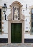 Medeltida dörr och helig oskuld i beguinagen av Bruges/Brugge, Belgien Royaltyfria Bilder