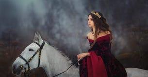 Medeltida drottningstående royaltyfri foto