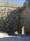 Medeltida fästning för borggård på ön av Rhodes i Grekland Arkivfoton