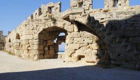 Medeltida fästning för borggård på ön av Rhodes i Grekland Royaltyfri Bild