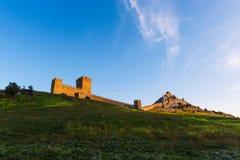 Medeltida fästning i Krim Vägg för forntida stad på solnedgången Arkivfoton
