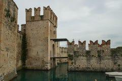 Medeltida fästning i Sirmione, Italien arkivbilder