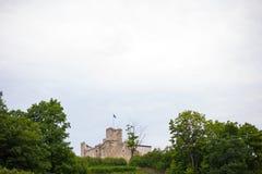 Medeltida fästning på en bergstopp i Europa Fotografering för Bildbyråer