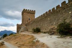 Medeltida fästning på en kulle royaltyfri bild