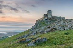 Medeltida fästning på solnedgångbakgrund Royaltyfri Foto