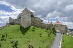 Medeltida fästning, Rupea, på en härlig grön kulle royaltyfri foto