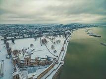 Medeltida fästning som täckas i snö Arkivbild