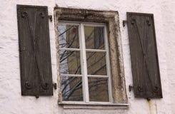 Medeltida fönster på gammal byggnad Royaltyfri Bild