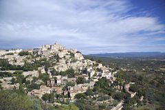 Medeltida by för bergstopp av Gordes, Frankrike Arkivbilder
