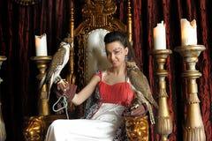 Medeltida fantasiprinsessa med två falkar arkivfoton