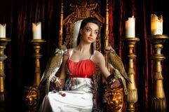 Medeltida fantasiprinsessa med två falkar royaltyfri bild