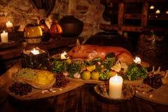 Medeltida forntida köksbord med typisk mat i kunglig slott Royaltyfri Fotografi
