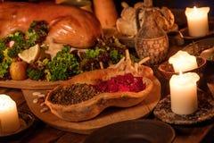 Medeltida forntida köksbord med typisk mat i kunglig slott Arkivfoton