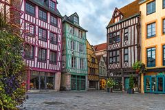Medeltida fyrkant med typiska hus i gammal stad av Rouen, Normandie, Frankrike royaltyfria bilder