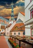 Medeltida gård och kyrka av St Peter i gamla Riga Arkivfoton