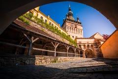 Medeltida gammal stad med klockatornet Royaltyfri Foto