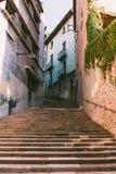 Medeltida gata Girona Medeltida gränd med stenväggar i Girona Arkivfoto