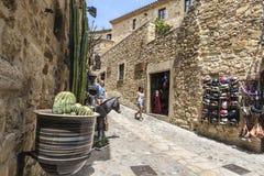 Medeltida gata i Catalonia Royaltyfri Bild