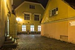 Medeltida gata i den gamla staden på natten, Tallinn Arkivfoton