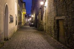 Medeltida gata i den gamla staden på natten, Tallinn Royaltyfria Foton