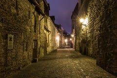 Medeltida gata i den gamla staden på natten, Tallinn Royaltyfri Foto
